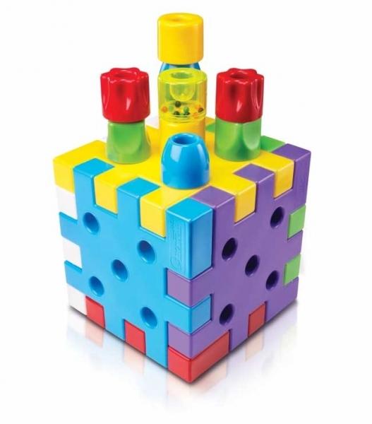 Конструктор Quercetti Кубо (19 элементов)Кубо (19 элементов)Интересный конструктор Кубо от компании Quercetti, создаст творческую атмосферу в детской комнате. Малышу очень понравится собирать из блоков и колышек интересные конструкции. Это может быть не только куб или башня, но и совершенно невообразимые фигурки. Этот конструктор развивает фантазию, мелкую моторику, научит цветам. Ведь игрушка такая яркая и легкая, специальный материал был подобран для того, чтобы крохи могли легко и просто управляться с деталями.  В набор входит:  - 6 крупных блоков 6-ти различных цветов;  - 12 разноцветных колышек разной формы;  - 1 колышек с погремушкой.<br>