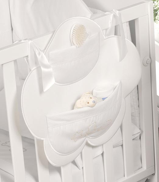 Micuna Карман на кровать JulietteКарман на кровать JulietteКарман Micuna Juliette на кровать Натуральный хлопок самой тонкой выделки, мягкий и гипоаллергенный, не раздражающий самую чувствительную детскую кожу – текстильная коллекция Micuna создана специально для малышей. Нежные и приятные на ощупь ткани окутают ребёнка заботой и будут охранять его покой в минуты чуткого сна. Текстильные комплекты и аксессуары выполнены из 100% хлопка, в качестве наполнителя для мягких бортов и подушечек используется холлофайбер. Это полиэстеровое волокно, скрученное в пружинки, более практично и обладает большей теплоизоляцией, нежели полиэстер. Весь текстиль Micuna хорошо стирается и быстро сохнет, что особенно важно в первые месяцы жизни малыша.   Особенности:  Съёмный карман на кровать Крепится к кровати с помощью широких лент 2 отделения-кармана для хранения мелочей Экологически чистые, натуральные материалы<br>
