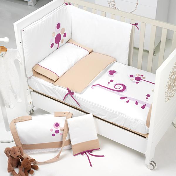 Комплект в кроватку Micuna Бортики и покрывало Lunar 120х60Бортики и покрывало Lunar 120х60Набор Micuna Lunar покрывало+бортики 140*70 TX-1435 Натуральный хлопок самой тонкой выделки, мягкий и гипоаллергенный, не раздражающий самую чувствительную детскую кожу – текстильная коллекция Micuna создана специально для малышей. Нежные и приятные на ощупь ткани окутают ребёнка заботой и будут охранять его покой в минуты чуткого сна. Текстильные комплекты и аксессуары выполнены из 100% хлопка, в качестве наполнителя для мягких бортов и подушечек используется холлофайбер. Это полиэстеровое волокно, скрученное в пружинки, более практично и обладает большей теплоизоляцией, нежели полиэстер. Весь текстиль Micuna хорошо стирается и быстро сохнет, что особенно важно в первые месяцы жизни малыша.   Особенности:  50% хлопок, 50% полиэстер;  наполнитель – холлофайбер;  гипоаллергенные материалы и краски;  мягкие бортики.   Размер бампера (ДхВ): 180х40 см<br>