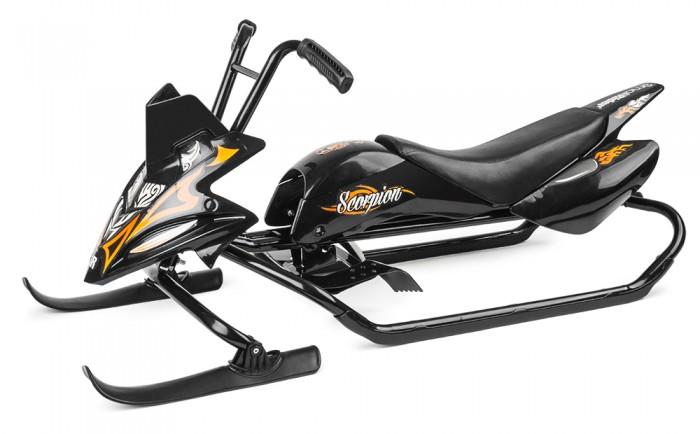 """Снегокат Small Rider снегоход Scorpionснегоход ScorpionSmall Rider Scorpion - это инновационный детский снегокат. Новый взгляд на привычное детское развлечение. Потрясающая особенность - руль снегоката управляет сразу двумя лыжами спереди.  Для тех, кому нужны новые ощущения Хотите новых ощущений от снегоката - Small Rider Scorpion для Вас! Это увлекательно и необычно рулить двумя передними лыжами. Не переживайте - у снегоката есть ограничитель хода руля, и кататься на нем безопасно. Наоборот - он еще более устойчив по сравнению со снегокатами типа аргамак.  Снегокат имеет новейшие эргономичные резиновые рукоятки, которые очень удобно обхватывать детской рукой. Они очень добротно сделаны и имеют улучшенную структуру.  Безопасный Руление двумя лыжами не сказывается на устойчивости. Расстояние между лыжами достаточно большое, чтобы исключить возможность заваливания. Руль имеет удобную вело-форму, а рама -  трубки-полозья с каждой стороны для лучшей устойчивости и скольжения.  Для контроля скорости как обычно предусмотрен ножной тормоз.  Настоящий огненный скорпион! Эффектная раскраска, две лыжи спереди напоминают клешни скорпиона. Это настоящий король, только не пустыни, а снежных склонов. Мордочка снегоката также напоминает о его одушевленности. На бензобак клеится смешной маленький скорпиоша. Кстати, Scorpion имеет также сзади выхлопные трубы, что делает его космическим кораблем - мотоциклом, везущим Вашего маленького наездника. Все наклейки идут в комплекте и клеятся покупателем самостоятельно.  Снегокат для двоих детей Рама снегоката - длинная и устойчивая. Кроме того, """"Скорпион"""" имеет широкое мягкое сиденье, на котором могут разместиться и два наездника.  Маневренность Снегокат Small Rider Scorpion имеет вело-руль, которым удобно управлять и лыжи современной, продуманной формы, которые обеспечивают оптимальное скольжение.  Удивите всех! Выйдя с таким снегокатом на горку, Вы удивите всех и подчеркнете свою индивидуальность. Ваш ребенок заслуживает лучшего!  Эффект"""