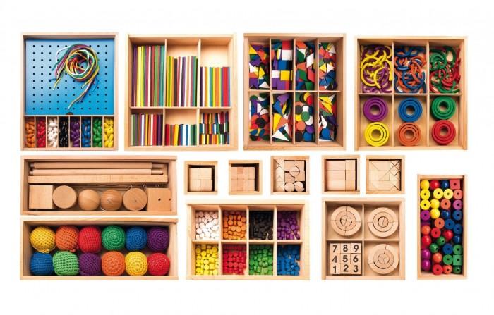 Мир деревянных игрушек (МДИ) Игровой набор Дары ФребеляИгровой набор Дары ФребеляМДИ Игровой набор Дары Фребеля Д056  С игровым набором Дары Фребеля можно занять ребенка на долгое время, в комплект входят 14 модулей с разнообразными и интересными элементами. Все деревянные коробки имеют свой порядковый номер. В каждом мини-наборе дети найдут что-то интересное для себя - брусочки, кубики, кирпичики, шнуровку с бусинами, разноцветные геометрические фигурки, колечки и многое другое. Комплект предназначен для развития логического и пространственного мышления, восприятия цвета и формы, а также моторики рук. Все элементы набора изготовлены из бука, хлопковых нитей и красок на водной основе.  В комплекте 14 мини наборов.  Развивающее значение:  - тренируется мелкая моторика пальцев - развивается нестандартное мышление, логика - стимулируется воображение - малыш наглядно наблюдает некоторые физические законы<br>