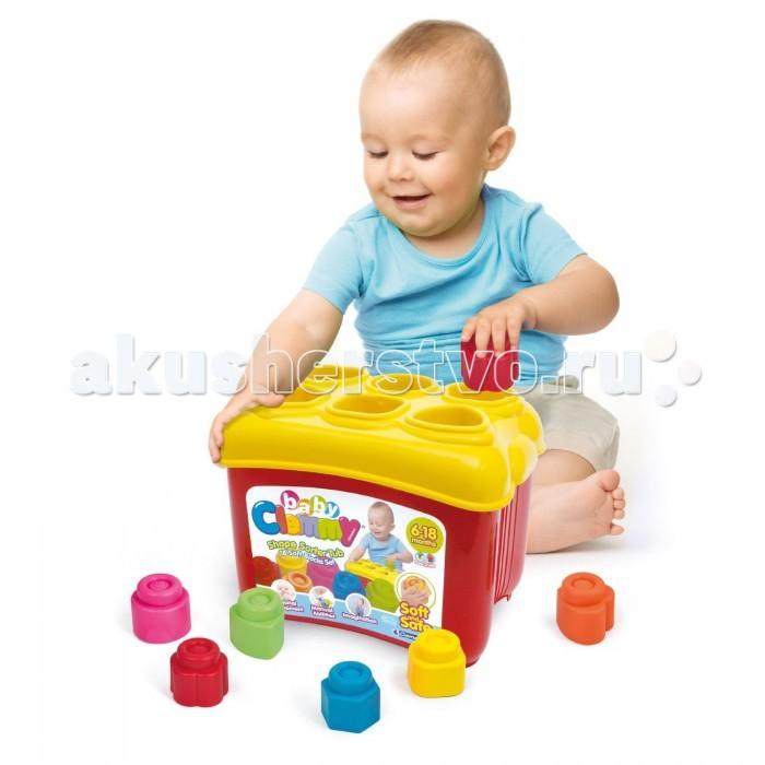 Сортер Clementoni Clemmy с формочкамиClemmy с формочкамиУвлекательный конструктор из 18 кубиков, разной формы Clemmy от фирмы Clementoni станет любимой игрушкой малыша. Ведь такая прекрасная развивающая игра, которая поможет развить у ребенка мелкую моторику, научит цветам и формам, не может, не нравится детям.   В набор входит 18 блоков различный формы и цвета: квадратные, треугольные, шестиугольные, круглые, сердечки и цветочки. На крышке пластиковой коробке имеются соответствующие отверстия, куда малыш и может распределять кубики. Все элементы легко соединяются с любым набором Clemmy, что может разнообразить игру малыша, а в последствии стать дополнительными блоками для строительства.   Детали, размером 5х5х5 см, изготовлены из высококачественных материалов – мягкого прорезиненного пластика. Это позволяет добиться чистоты в детской комнате, и обезопасить ребенка в плане гигиены, ведь такой материал легко моется.<br>