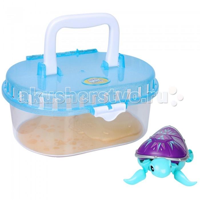 Little live Pets Черепашка в аквариуме третья серияЧерепашка в аквариуме третья серияЭлектронная игрушка Little live Pets Черепашка в аквариуме третья серия.  Особенности: Игрушка выполнена из безопасного для здоровья детей материала (пластик) и очень похожа на настоящую. На брошке есть кнопка включения-выключения игрушки. Черепашка продается вместе с аквариумом.  Она может передвигаться по суше, а так же плавать, например,  в детской ванночке.  Положите черепашку на крышку аквариума и посмотрите, как она ползает и ныряет в воду.  Игры с черепашкой способствуют развитию фантазии, мелкой моторики, и, конечно поможет приучить ребенка ухаживать за своим питомцем. Для работы необходима 1 батарейка ААА. Не рекомендуется играть с черепашкой в морской воде и на песке<br>