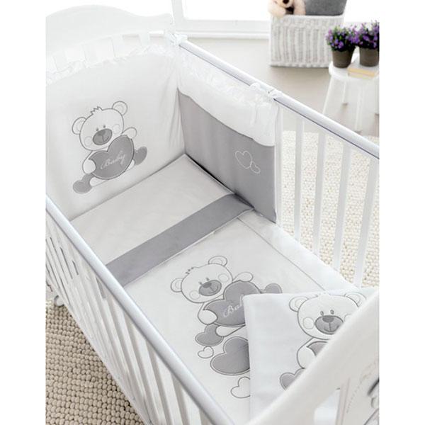 Комплект в кроватку Pali Baby Baby (3 предмета)Baby Baby (3 предмета)Комплект постельного белья в кроватку Pali Baby Baby 3 предмета - это отличный способ оформить кроватку малыша. Конечно, набор хорош и сам по себе и будет отлично смотреться в любом интерьере детской спальни.   П-образный бампер для изголовья кроватки, крепится завязками к бортам . Специальная обработка швов препятствует появлению раздражения на тонкой детской коже. Простыня натяжная на резинке, не скомкается и не сминается. Материалы и безопасность Мягкий и нежный гипоаллергенный 100% итальянский хлопок удобен в обращении и очень приятен на ощупь.  Борты имеют набивку из легкого синтепона – дышащего и хорошо стирающегося материала.  В набооре:  - Одеяло-покрывало 87х125 см  - наволочка 38х59 см  - бампер<br>