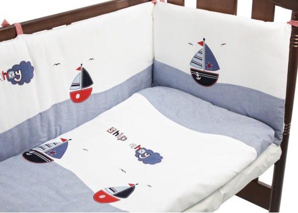 Комплект в кроватку Funnababy Marine 120х60 (5 предметов)Marine 120х60 (5 предметов)Рисунки корабликов и орнамент из узоров морской тематики – это Funnababy Marine. Сочетание различных оттенков синего, голубого и серого цветов не только подчеркнут морской мотив коллекции, но и создадут для малыша атмосферу спокойствия и защищённости.   В комплекте:  одеяло 100х130 см;  пододеяльник 100х130 см;  простынь на резинке 60х120 см;  наволочка 40х60 см;  бампер по периметру кроватки.   Особенности комплекта: натуральный турецкий хлопок;  искусный декор;  нежные гипоаллергенные ткани не будут раздражать даже самую чувствительную детскую кожу;  мягкие бортики для кровати подарят малышу ещё больше уюта;  удобные ленты-завязочки;  одеяло и бортики: современный и практичный наполнитель полиэстер;  съёмные чехлы бортиков;  можно стирать при температуре 30°С в бережном режиме.   Традиции качества   Funnababy создаёт текстиль для самых маленьких вот уже больше 35 лет. Среди оригинальных дизайнерских коллекций есть как универсальные, так и созданные отдельно для мальчиков и для девочек. Яркие и живописные пейзажи этой удивительной страны нашли своё отражение в необычных цветовых сочетаниях и изысканных узорах тканей. Комплекты в кроватку Funnababy – это нежность и забота, воплощённые в пастельных тонах, орнаментальной вышивке и мягком хлопке.<br>
