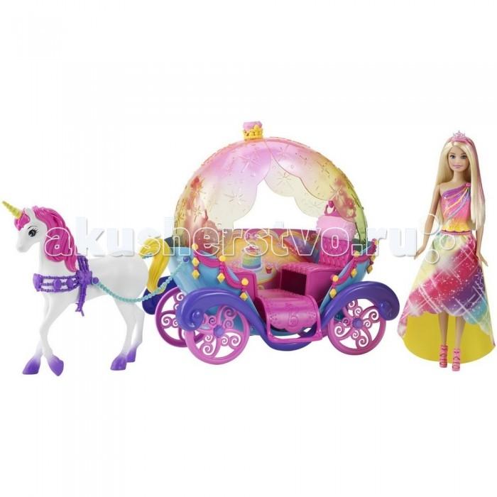 Barbie Игровой набор Барби Радужная карета и куклаИгровой набор Барби Радужная карета и куклаИгровой набор Барби «Радужная карета и кукла» включает в себя великолепную карету для куклы, единорога с уздечкой и поводьями, а также куклу Барби.   Кукла одета в шикарное платье яркой радужной расцветки.  Длинные светлые волосы Барби украшены розовой тиарой.  Яркая карета с большими резными колесами выполнена в розовом, голубом, фиолетовом и желтом цветах.  Верх кареты откидывается, чтобы кукла могла прогуляться на свежем воздухе.  Колеса кареты проворачиваются.  Белый единорог с яркой розовой гривой имеет красивую фиолетовую уздечку.  Кукла не может стоять самостоятельно. Подставка приобретается отдельно.   Рекомендуемый возраст: от 3 лет.<br>
