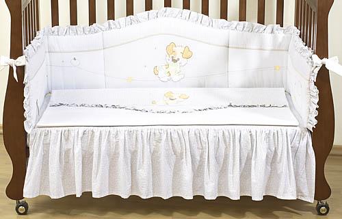 Комплект в кроватку Giovanni Puppy 120х60 (4 предмета)Puppy 120х60 (4 предмета)Набор постельного белья для новорожденных Puppy (4 предмета). Стильный дизайн, натуральные и безопасные материалы, сочетание спокойных и мягких пастельных тонов, декорирован вышивкой и тканевыми аппликациями.   Бампер длиной 240 см можно установить как в изголовье кроватки в варианте для новорожденного, так и в варианте диванчика для подросшего малыша.   Простынь на резинке не позволит складкам воздействовать на кожу ребенка, а юбка придаст изысканный внешний вид детской кроватке.   В наборе:  - Бампер защитный (длина 240см)  - Пододеяльник 110х140 см - Наволочка 60х40см  - Простынь на резинке с юбкой (для кроватки 120х60см)  - Состав: 100% хлопок, наполнитель: холлофайбер<br>