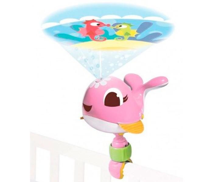 Tiny Love Игрушка-проектор Коди (свет, звук)Игрушка-проектор Коди (свет, звук)Игрушка-проектор Коди от компании Tiny Love может убаюкать и успокоить ребенка, а также стать настоящим украшением комнаты. Проектор выполнен в виде симпатичного кита голубого цвета. Он изготовлен из прочного и легкого пластика, а его компактные размеры позволят взять Коди с собой на дачу или в гости, чтобы ребенок смог уснуть и не чувствовал себя некомфортно. В комплект входит сам проектор и удобная ручка-фиксатор, с помощью которой его можно прикрепить к кроватке малыша при помощи съемной клипсы. На непрерывном изображении сменяют друг друга 8 сюжетов. 30 минут колыбельных, функция белого шума, управление громкостью.  При включении Коди покажет ребенку настоящее световое представление, сопровождающееся приятной мелодией. В широком пятне мягкого света будут проплывать разнообразные животные, которые надолго займут внимание ребенка и отвлекут его, если он начнет капризничать.  Особенности:   Размер упаковки: 12,5 x 26 x 19 см Размер проектора: 17 x 25 x 20 см Диапазон проектора: 360 градусов Вес: 0,58 кг<br>