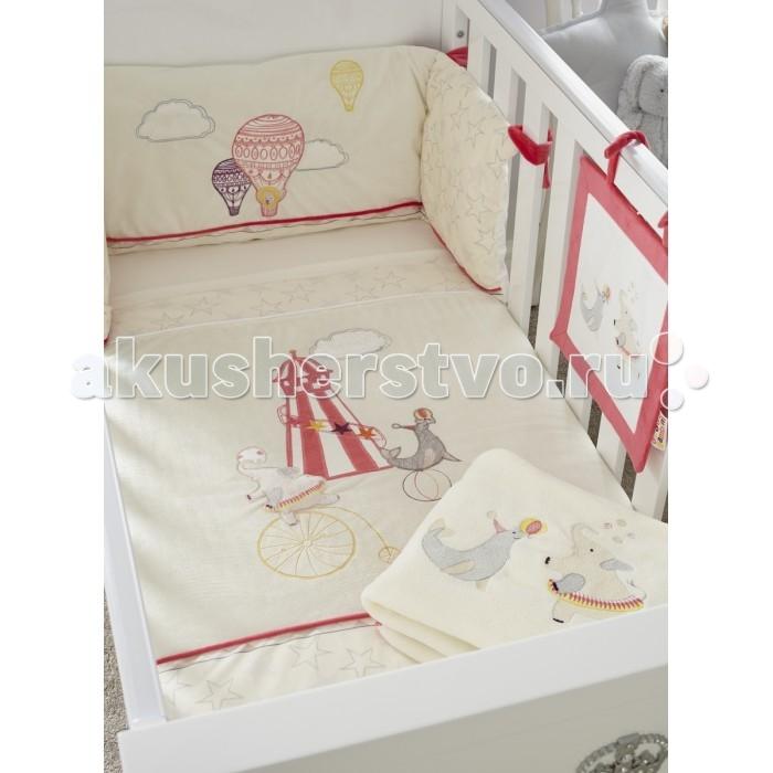 Комплект в кроватку Tutti Bambini Helter Skelter (7 предметов)Helter Skelter (7 предметов)Комплекты постельного белья Tutti Bambini – это красивое и уютное оформление детской кроватки. Оригинальный и стильный дизайн – тщательно подобранная цветовая гамма, элементы ручной отделки. Натуральные гипоаллергенные ткани обеспечат малышу комфортный и здоровый сон. Постельное бельё для кроватки дополнено мягкой плюшевой игрушкой и мягким нарядным панно на завязках, которое можно закрепить на бортике кровати.   Основные характеристики:  комплект постельного белья для детской кровати;  универсальный, подходит для кроваток 120х60, 125х65 и 140х70 см;  соответствует всем британским стандартам безопасности в производстве детских товаров;  материалы: ткань – 100% хлопок, наполнитель – 100% полиэстер, элементы отделки – 100% полиэстер;  оригинальный дизайн, отделка ручной работы.   В комплект входят:  покрывало 108х92 см;  мягкий бортик в изголовье 155х35 см;  простынь 118х150 см;  простынь на резинке;  флисовый плед 110х140 см;  декоративное панно 30х30 см;  плюшевая игрушка.<br>