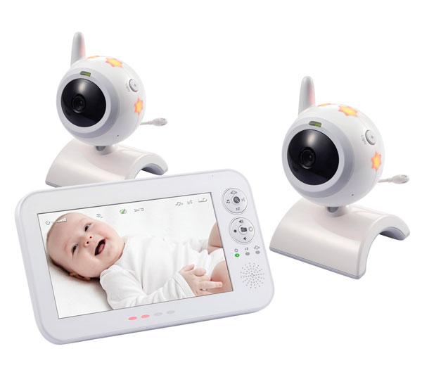 Switel Видеоняня BCF930 DuoВидеоняня BCF930 DuoВидеоняня Switel BCF930Duo оснащена системой ночного видения, благодаря которой родители могут наблюдать за малышом даже в полной темноте. Детский блок видеоняни, как и родительский, способен работать от автономных источников питания. Этим обеспечивается дополнительная безопасность на случай внезапного отключения электричества, видеоняня продолжит работать, не смотря на его отсутствие. В детском блоке помещаются 4 пальчиковые батарейки.  Надежная и качественная цифровая видеоняня от известного Швейцарского производителя средств связи, профессиональной и бытовой электроники. Цифровая видеоняня Switel BCF930 оснащена большим семидюймовым дисплеем (17,8 сантиметров), который позволяет с легкостью увидеть все детали. Камеру детского блока можно отрегулировать и направить в нужном ракурсе. Детский блок видеоняни Switel BCF930 оснащён термометром, данные которого отображаются на родительском блоке, благодаря чему родители всегда контролируют температуру воздуха в детской комнате. Кроме того, на детском блоке расположен ночничок в виде звездочек, который светит мягким и приятным для глаза ребенка светом. Родители могу включать малышу приятные колыбельные мелодии, управляя ими на своём блоке.  Видеоняня оснащена системой обнаружения и активации при детском плаче (функция активации голосом VOX). Родителям доступны индивидуальные настройки чувствительности к громкости плача для функции активации голосом и чувствительности к интенсивности для функции обнаружения движения. Детектор движения оповестит родителей, если ребенок проснется, но не заплачет. При включенной функции активации голосом дисплей отключается, примерно, через 30 секунд тишины в комнате ребенка. При обнаружении плача экран видеоняни включается снова.  Если одновременно активированы функции VOX и функция обнаружения движения, монитор включается либо при движении в детской, либо при плаче. Родители могут в любой момент включить экран и посмотреть происходящее в детск