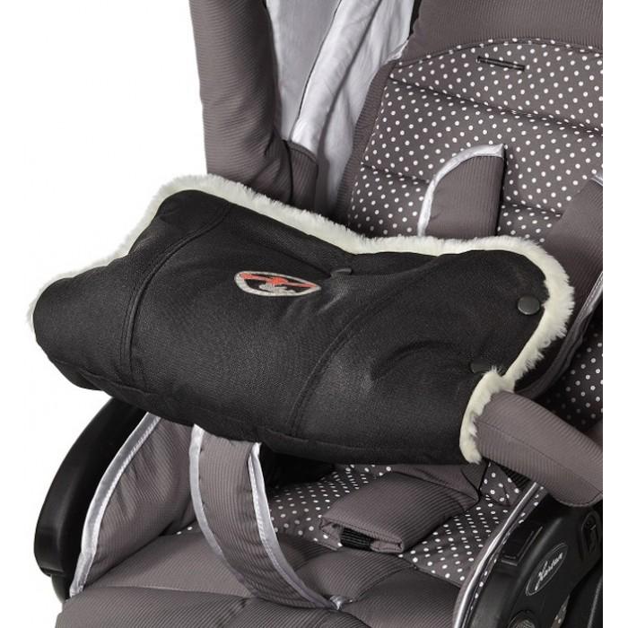 Hartan Муфта для ребенкаМуфта для ребенкаДетская муфта для рук Hartan имеет пушистую меховую внутреннюю отделку и держит руки вашего малыша в тепле даже при минусовой температуре.   Благодаря кнопкам Вы можете легко отрегулировать размер муфты по руке ребенка – практичнее, чем любая перчатка.   Детская муфта для рук Hartan легко и быстро крепится на бампер коляски и подходит ко всем моделям.   Доступна только в черном цвете Techno.<br>