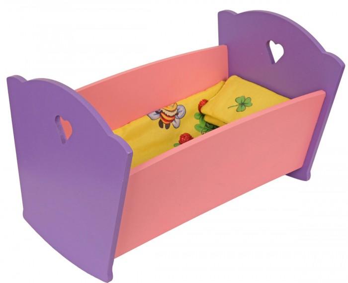 Кроватка для куклы Краснокамская игрушка с постельным бельемс постельным бельемМилая кроватка идеально дополнит серию кукольной мебели. Любая девочка будет в восторге от такого подарка. Ребёнок сможет полноценно самостоятельно играть и проводить время. В комплект также входит кукольное постельное белье приятного жёлтого цвета с иллюстрациями.  Каждая девочка любит играть с куклами, обустраивать им домик, следить за уютом — с этого и начинается подготовка к взрослой жизни. А в любом доме, даже кукольном, должна быть кроватка, где игрушечные обитатели детского мира смогут отдыхать. А наша кроватка ещё и из одного ансамбля с остальной кукольной мебелью.   Самое же интересное, что с такими игрушками будет весело играть и взрослым, проводя время с ребёнком. Ведь выглядит она как настоящая. Интересно, что кроватка изготовлена так, чтобы она могла раскачиваться.  Кроватка выполнена в мягких розово-фиолетовых тонах. Игрушка изготовлена из экологически чистых материалов: бук, берёза и липа. Окрашена исключительно акриловыми красками. Для ребёнка она не представляет совершенно никакого вреда.  Основные характеристики: возраст детей: от года материал: натуральное дерево покрытие: краска на водной основе поверхность гладко отшлифована внутренние размеры: 41*29,5 см продается в разобранном виде подходит для больших кукол до 50 см<br>