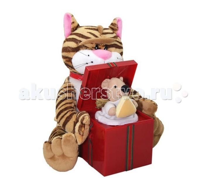 Мягкая игрушка Ваш подарок Поющие Кот и МышкаПоющие Кот и МышкаВаш подарок Интерактивная игрушка Поющие Кот и Мышка  Полосатый кот в красном ошейнике и забавная мышка в образе ангела порадуют вас веселой песенкой «Вкусный сыр»! Плюшевый котик держит красную коробку, из которой то и дело появляется мышонок с сыром в лапках. Покачиваясь вправо и влево, кот исполняет куплеты песни, а хитрый мышонок подпевает ему в припевах.  Поющую игрушку «Кот и мышка» можно подарить как ребенку, так и взрослому, но особенно поющая парочка понравится любителям сыра!    Высота игрушки – 27 см.  Для работы изделия понадобятся 3 батарейки АА.<br>