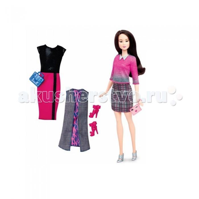 Barbie Кукла Барби в сером костюме с набором одеждыКукла Барби в сером костюме с набором одеждыКукла Барби в сером костюме с набором одежды – это очаровательная азиатка с темными волосами, одетая в шерстяную серую юбку в розовую клетку и трикотажную серо-розовую кофту с рукавами три четверти. Украшает костюм серебристое ожерелье в виде воротничка из бусинок и туфельки на высоком каблуке.   В комплекте есть еще два дополнительных наряда.  Первый – вечернее платье с длинной розовой юбкой и черным верхом из блесток.  Второй – розово-голубое платье с серой длинной накидкой в клетку.  Ко всем нарядам подойдут ярко-розовые босоножки и две стильные сумочки розового и синего цветов.   В комплект входит: кукла, 2 дополнительных комплекта одежды, розовые босоножки, 2 сумочки.   Высота игрушки – 30 сантиметров.   Кукла продается в упаковке блистерного типа, через которую можно хорошо рассмотреть игрушку.<br>