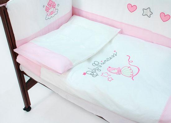 Комплект в кроватку Funnababy Princess 120x60 (5 предметов)Princess 120x60 (5 предметов)Комплект для кроватки Funnababy Princess 120x60 (5 предметов) создано специально для маленьких принцесс. Оно идеально подойдёт для новорождённой малышки: белоснежный текстиль украшен искусной вышивкой, яркие розовые и серебряные нити добавляют настроения, а незатейливый рисунок в сочетании с тематическим орнаментом не только радует глаз, но и развивает зрительные рефлексы и воображение ребёнка.   Особенности: натуральный турецкий хлопок искусный декор нежные гипоаллергенные ткани не будут раздражать даже самую чувствительную детскую кожу мягкие бортики для кровати подарят малышу ещё больше уюта удобные ленты-завязочки одеяло и бортики: современный и практичный наполнитель полиэстер съёмные чехлы бортиков можно стирать при температуре 30°С в бережном режиме  В комплекте: одеяло 100х130 см пододеяльник 100х130 см простынь на резинке 60х120 см наволочка 40х60 см бампер по периметру кроватки<br>