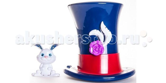 Amazing Zhus Набор Волшебная шляпа и белый кроликНабор Волшебная шляпа и белый кроликВолшебная шляпа и белый кролик позволит удивительным мышкам-циркачам Жу показывать знаменитый фокус с появлением белого кролика из шляпы.  Для этого надо просто посадить мышку в шляпу и она исчезнет, а вместо неё появится белый кролик.<br>