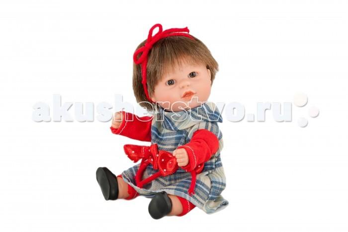 Dnenes/Carmen Gonzalez Кукла-пупс Бебетин в клетчатом платье с брючками 21 смКукла-пупс Бебетин в клетчатом платье с брючками 21 смКукла-пупс Бебетин в клетчатом платье с брючками - очень красивая кукла-пупс испанского производителя традиционных кукол для детей Dnenes.  Кукла одета в нарядное клетчатое платье. Платье имеет длинные рукава из красного трикотажа, декоративный отложной воротник-жабо, прямую юбку и застежку- липучку на спине. На талии два больших декоративных банта. Голову украшает повязка из красного шнурка. На ножки одеты красные трикотажные леггинсы. Кукла обута в черные пластиковые туфельки. Ножки имеют форму близкую к анатомической.  Волосы каштановые, хорошо прошитые. Глаза карие, стеклянные, без ресничек, не закрываются.   Кукла не имеет запаха и обладает приятным тактильным эффектом.  Кукла Carmen Gonzalez продается в красивой подарочной коробке с прозрачным окошком.<br>