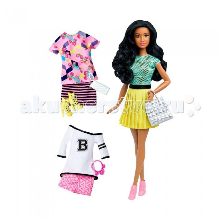Barbie Кукла Барби в желтой юбке с набором одеждыКукла Барби в желтой юбке с набором одеждыКукла Барби в желтой юбке с набором одежды очаровательна. Ее смуглая кожа отлично сочетается с желтой юбкой в складку и голубой майкой с рисунком, состоящим из геометрических фигур, горошков и полосок.   Черный атласный поясок очень хорошо подходит к ее длинным черным волосам и серебристо сумочке. На ногах куклы надеты розовые полуботинки.   В комплекте с куклой идут еще два наряда.  Первый – это бело-розовые спортивные шортики и белая кофта.  Второй – трикотажная полосатая юбка и розовая блузка с ярким рисунком.  К каждому набору приложены дополнительные аксессуары.   Высота куклы – 30 сантиметров.   В комплект входит: кукла, сумочка, 2 дополнительных комплекта одежды, желтые туфли, 2 сумочки, розовое ожерелье.   Набор продается в блистерной упаковке.<br>