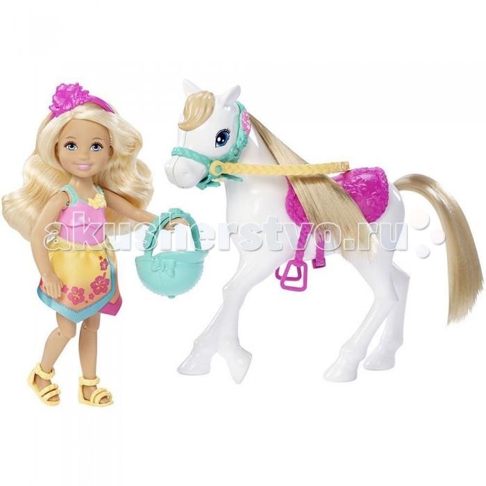 Barbie Игровой набор Барби Челси и пониИгровой набор Барби Челси и пониИгровой набор Барби «Челси и пони» включает в себя очаровательную куколку с ее белой лошадкой.   Кукла имеет подвижные руки и ноги, а также сгибающиеся коленки.   Длинные светлые волосы Барби можно причесывать обычной расческой. Они украшены розовым ободком с цветочками.   Розовая пластиковая маечка с бирюзовыми бретельками отлично сочетается с тканевой юбкой из атласа, сшитой из желтой ткани в цветочек. Дополняет чудесный наряд наездницы удобные желтые босоножки без каблуков.   Для безопасности езды предусмотрен стильный бирюзовый шлем.   У лошадки красивая шелковистая грива. Ярко-розовое седло, с выбитыми цветочками на нем, придает яркости игрушке.   В комплект входит: кукла, шлем, лошадь. Высота куклы – 14 см.   Игровой набор продается в блистерной упаковке.<br>