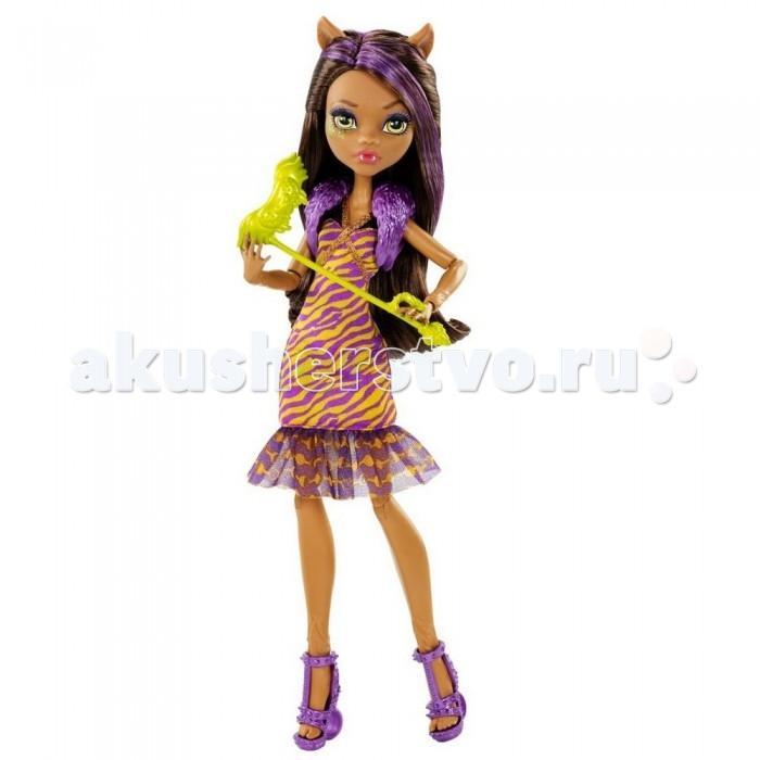 Monster High Кукла Буникальные танцы Clawdeen WolfКукла Буникальные танцы Clawdeen WolfБазовая кукла Clawdeen Wolf из серии «Буникальные танцы» станет незаменимой подружкой вашей маленькой принцессе.   Очаровательная мулатка в облегающем платье до колен готова к маскараду. Для того, чтобы ее никто не узнал в комплект входит маска в виде летучей мыши.   Платье сшито из фиолетово-желтой ткани. По низу платья проходит блестящая оборка.   На плечи куклы накинут меховой воротник.   Из-под темных волос с фиолетовыми прядями видны милые ушки Clawdeen.   В комплект входит: кукла, маска для маскарада. Высота куклы – 28 см.   Игрушка продается в упаковке блистерного типа.<br>