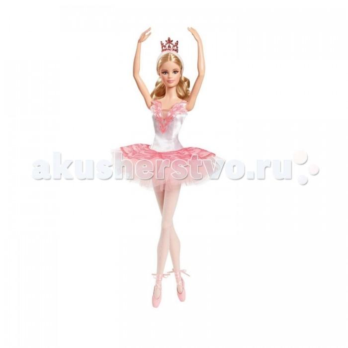 Barbie Кукла Барби Звезда балетаКукла Барби Звезда балетаКукла Барби Звезда балета поможет пополнить вашу коллекцию кукол.   Барби одета в бело-розовое платье для балета с очень стильным вырезом декольте, вышитым стразами. Пышная юбка тоже украшена блестками.   На ногах балерины нежно-розовые пуанты и белые трикотажные колготки-сеточки.   Светлые красивые волосы, вьющиеся на концах, убраны в ободок с золотистой тиарой.   Яркие выразительные глаза куклы, ее милое выражение лица не сможет остаться без внимания юных поклонниц кукол Барби.   Голова куклы поворачивается, руки можно поднимать вверх. Барби не может стоять самостоятельно. Для ее установки в комплект входит прозрачная подставка, внутри украшенная листвой розово-фиолетовых оттенков.   Игрушка продается в красочной блистерной упаковке.   Высота куклы 30 сантиметров.<br>