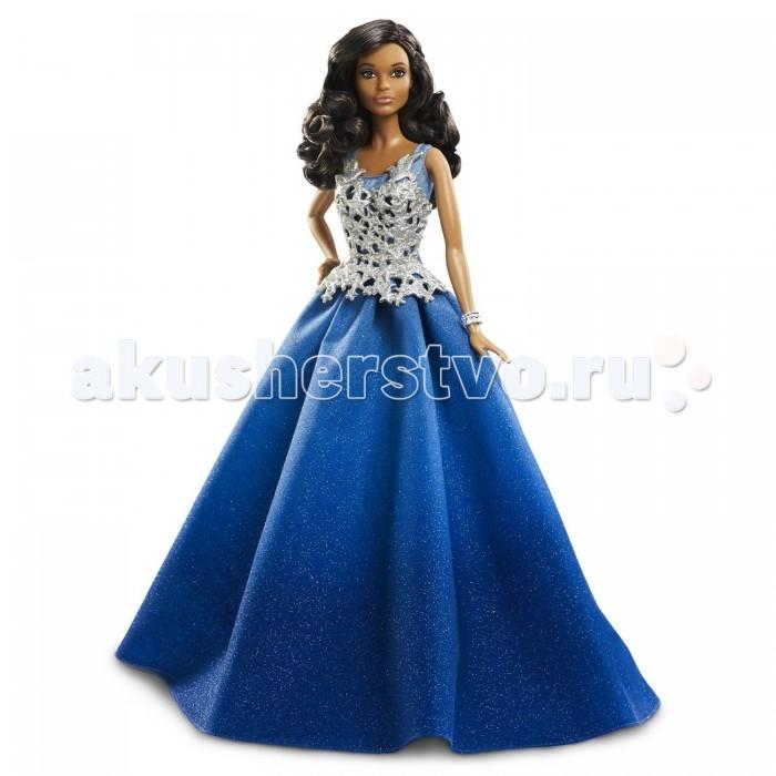 Barbie Праздничная кукла Барби в синем платьеПраздничная кукла Барби в синем платьеПраздничная кукла Барби в синем платье – шикарный подарок для маленькой модницы.   Пышная юбка, переливающаяся блестками, доходит до пола. Серебристый корсет весь покрыт узорами.   Дополняет наряд блестящий широкий браслет.   Роскошные длинные вьющиеся волосы куклы отлично сочетаются с ее смуглой кожей и аккуратным макияжем на лице.   Одна рука куклы немного согнута и опущена на бедро.   Кукла выполнена из пластмассы высокого качества. Руки и ноги могут подниматься и опускаться.   Высота куклы: 30 см.   Игрушка продается в упаковке блистерного типа.<br>