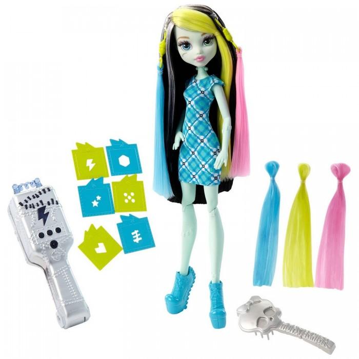 Монстер Хай (Monster High) Игровой набор Стильная прическа ФрэнкиИгровой набор Стильная прическа ФрэнкиИгровой набор «Стильная прическа Фрэнки» включает в себя куклу с ультрафиолетовыми щипцами.   Кукла одета в прямое короткое платье в сине-зеленую клетку. Ноги обуты в голубые туфли на высокой платформе.   Черные волосы куклы имеют белые и розовые пряди. С помощью специальной серой расчески в виде черепа, волосы можно расчесывать.   В набор также включены пряди желтого и голубого цветов, которые присоединяются к голове при помощи специальных крепежей, напоминающих вилки электроприборов.   В наборе присутствует множество насадок на щипцы. Если приложить щипцы в прядям на волосах и подержать 15 секунд, то на волосах получится принт, который выбит на насадке. Спустя какое-то время рисунок исчезает и можно продолжать эксперименты дальше.   Кукла высотой 26 сантиметров.   В комплект входит: кукла, 2 накладные пряди, расческа, 6 трафаретов, 3 батарейки AG13.   Игрушка продается в блистерной упаковке.<br>