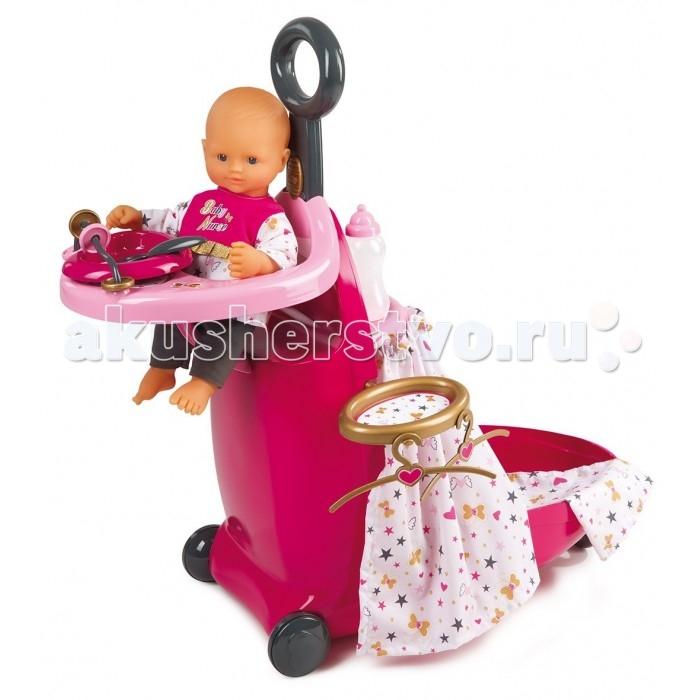 Smoby Набор для кормления и купания пупса в чемодане Baby Nurse 220316Набор для кормления и купания пупса в чемодане Baby Nurse 220316Smoby Набор для кормления и купания пупса в чемодане Baby Nurse 220316  Набор для кормления и купания пупса  Baby Nurse от Smoby умещается в чемодане и понравится юным любительницам игр с пупсами. В комплект входит стульчик для кормления, с обратной стороны которого есть ванночка. Есть все, что нужно, чтобы накормить игрушку. С ним можно весь день играть в различные игры, а перед сном раздеть, повесить вещи на вешалку, которая также есть в комплекте, искупать и уложить спать. Вся конструкция имеет колеса, поэтому ее можно будет легко перемещать по квартире.  Комплект: кроватка-чемоданчик, стульчик для кормления, вешалки, бутылочка, ложка, тарелка. Размер чемодана в сложенном виде: 62 х 26 х 23 см. Размер чемодана в разложенном виде: 24 х 61 х 47 см. Подходящая высота куклы: 42 см.<br>