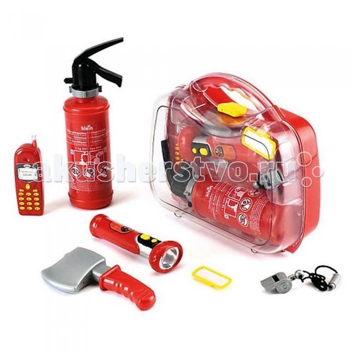 Klein Набор пожарного в кейсеНабор пожарного в кейсеKlein Набор пожарного в кейсе   Набор пожарного в кейсе – это комплект функциональных аксессуаров борца с огнем, аккуратно уложенных в большой и яркий чемоданчик с удобной защелкой.   Здесь вы найдете: пластиковый топор, негромкий свисток, фонарик с ярким светом, бейдж, рупор (он не усиляет громкость голоса, но издает сигналы пожарных машин и сопутствующие работе пожарного звуки при нажатии на кнопку), огнетушитель (залейте воду в его бак, а затем нажимайте на рычаг и распыляйте воду по принципу пульверизатора).   Внимание: для работы фонарика и рупора вам потребуются батарейки типа ААА (3 шт) и АА (2 шт). Они не входят в комплект.  Размеры кейса: 32х29х9 см.  Вес игрушки: 0,94 кг.  Набор предназначен для мальчика в возрасте от 3 лет.<br>