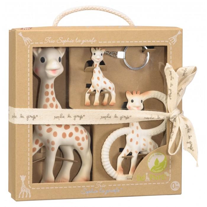 Прорезыватель Vulli Набор Жирафик Софи 3 в 1Набор Жирафик Софи 3 в 1В набор входит: жирафик Софи, брелок, прорезыватель с дистилированной водой.  Жирафик Софи - уникальная развивающая игрушка-прорезыватель стимулирует все 5 чувств ребенка. Более 50 лет назад Жирафик Софи был создан во французской провинции Румилли Седекс, где и производится до сих пор вручную. По развивающим характеристикам игрушка не имеет аналогов.  Жирафик Софи стала другом более чем 30 миллионам малышей по всему миру! Игрушка развивает осязание, зрение, слух, моторику и обоняние. Благодаря этому, все пять чувств вашего ребенка будут развиваться гармонично и во время, что позволит вашему малышу в более позднем возрасте легче запоминать информацию, быть более координированным и ловким, грамотнее выражать свои мысли, научится принимать решения.  Брелок изготовлен из 100% натурального каучука. Позволит маме быть похожей на своего любимого малыша!  Прорезыватель изготовлен из 100% натурального каучука. Наполнен дистиллированной водой для охлаждения. Кольца по бокам прорезывателя имеют выпуклости для удобства массировать десна и развивают мелкую моторику ручек малыша.<br>