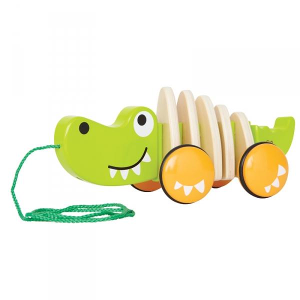 Каталка-игрушка Hape Крокодил Е0348Крокодил Е0348Очаровательный крокодильчик станет любимой игрушкой вашего малыша. При движении крокодильчик начинает дружелюбно вилять из стороны в сторону хвостом. Игрушка побуждает малыша придумывать различные игры. А значит разивает творческое мышление, воображение. Бегая с игрушкой, малыш будет развивать свое равновесие и координацию.  Размер упаковки: 29,5 х 12,7 х 17,8 см Размер игрушки: 25,4 х 11 х 10,8 см<br>