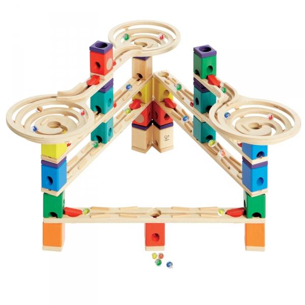 Деревянная игрушка Hape Конструктор Quadrilla Е6009Конструктор Quadrilla Е6009Игровой набор состоит из множества разноцветных кубиков с отверстиями. Кидая разноцветные шарики в воронку, малыш наблюдает, как они скатываются вниз по выстроенным лабиринтам. Вид конструкции малыш может менять на свое усмотрение.   Малыш может играть как самостоятельно, так и в компании друзей или родителей. Игра развивает навыки мелкой моторики, воображение, пространственное мышление, позволяет юному строителю проявить свой творческий потенциал. Способствует осознанию причинно-следственных связей.  Состав: дерево, пластик, элементы из стекла.<br>