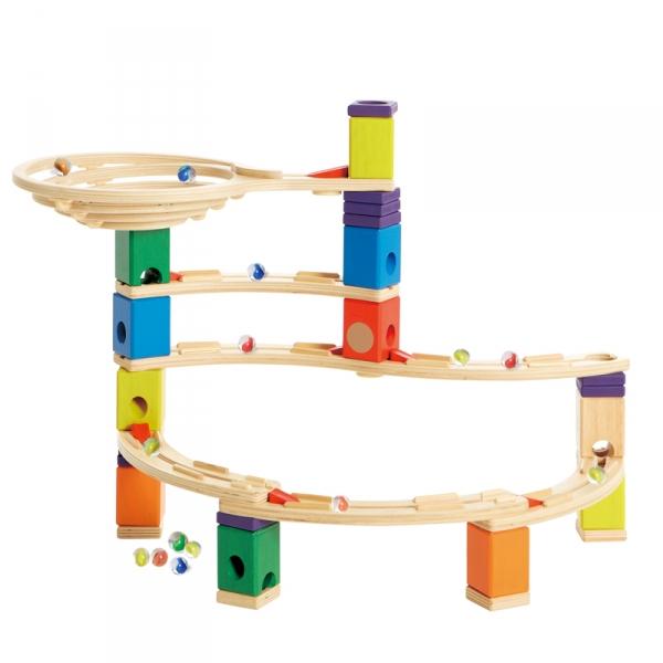 Деревянная игрушка Hape Конструктор Quadrilla Е6013Конструктор Quadrilla Е6013Игровой набор состоит из множества разноцветных кубиков с отверстиями. Кидая разноцветные шарики в воронку, малыш наблюдает, как они скатываются вниз по выстроенным лабиринтам. Вид конструкции малыш может менять на свое усмотрение.  Малыш может играть как самостоятельно, так и в компании друзей или родителей. Игра развивает навыки мелкой моторики, воображение, пространственное мышление, позволяет юному строителю проявить свой творческий потенциал. Способствует осознанию причинно-следственных связей.  Состав: дерево, пластик, элементы из стекла.<br>