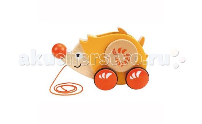 Каталка-игрушка Hape Каталка Ежик Е0350Каталка Ежик Е0350Во время движения иголки на спинке ёжика вращаются. Игрушка побуждает малыша двигаться.   Ёжик сделает процесс обучения ходьбе интересным и веселым. Способствует развитию крупной моторики, равновесия и координации.   Контрастные пятнышки на теле ёжика стимулирует развитие координации глаз, учит следить за мелкими движущимися объектами. Защитные ободки на колесиках не царапают пол.<br>