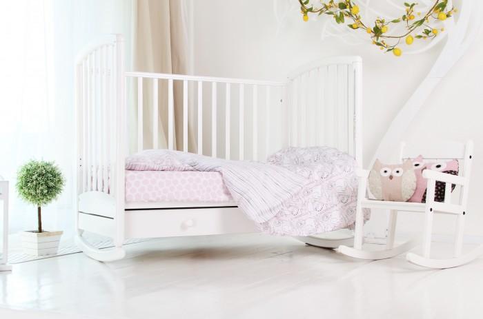 Постельное белье Green Sardine Pink Safari 70х120 (3 предмета)Pink Safari 70х120 (3 предмета)Комплект детского постельного белья Pink Safari — наш реверанс в сторону пастельных тонов. Самый розовый, самый нежный, самый двусторонний комплект для девочек.   Ну и наш, стандартный набор All-Inclusive: 100% хлопковый сатин безопасные красители, устойчивые к стиркам строгая сертификация подарочная упаковка  Да это просто лучший подарок для новорожденного на выписку!  В комплект входит: наволочка 35х55 см, пододеяльник 110х125 см, простыня на резинке с рисунком овальная 70х120 см.   Состав: 100% хлопок, сатин OekoTex100, 128 г/м.   Рекомендации по уходу: гладить при высокой температуре, машинная стирка  60°С, не отбеливать, не подвергать химической чистке.<br>