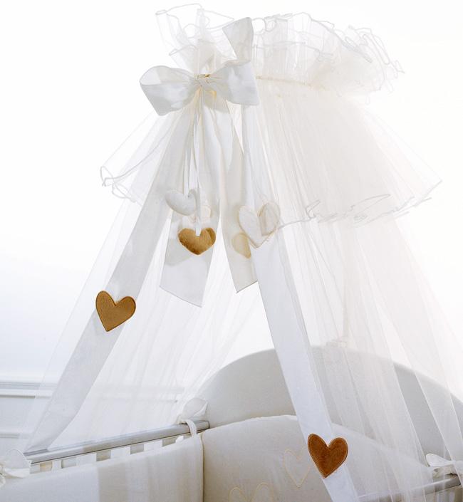 Балдахин для кроватки Baby Expert CreminoCreminoОчаровательный балдахин для кроватки Cremino станет чудесным дополнением в детской. Легкий и воздушный балдахин будет надежно оберегать сон малыша. Cremino выполнен в классическом дизайне, поэтому будет прекрасно смотреться в любом интерьере, так же он украшен роскошным бантом и аппликациями в виде сердечек.   Легко отстегивается и стирается.  Материал: 100% хлопок. Размер: 7,5 кв. м<br>