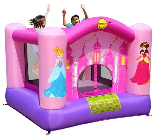 Happy Hop Надувной батут Веселая Принцесса 9001РНадувной батут Веселая Принцесса 9001РНадувной батут Happy Hop Веселая Принцесса 9001P - игровая модель для детей любого возраста. Установить можно как на детской площадке общего пользования, так и на собственном дачном участке.   Конструкция надувного батута выдерживает любые перепады температур, однако в холодное время года лучше перенести ее в помещение. Яркий надувной батут без труда поместится не только в игровой комнате детского сада, но и в комнате ребенка в квартире или в частном доме.  Технические характеристики:  Габариты модели: 225 x 225 x 175 см Высота основания: 40 см Размеры батута: 225 x 225 см  Размеры прыжковой поверхности: 155 x 150 см  Высота защитной сетки-ограждения: 120 см Допустимая нагрузка: 91 кг  Допустимое количество детей: 2.  Прочность батута Прочность батута на растяжение - до 136 кг Прочность на разрыв - до 14 кг Прочность на соединение - до 27 кг  Изделие выдерживает широкий диапазон температур: от –10 до +40 °C   Материал надувного батута  Прыжковая поверхность: ПВХ ламинированный(laminated PVC) Поверхность батута: ламинированная ткань Оксфорд  Застежки: лавсан  Крепеж к земле: пластмасса.  Насос батута высокого качества, безопасен при использовании и безвреден для окружающей среды. Насос можно использовать при температуре от -15 до + 40 °C. Помимо этого, он оснащен устройством защиты.   При возникновении в насосе короткого замыкания или при прочих возникших проблемах при его эксплуатации, он немедленно выключается, тем самым обеспечивает безопасность пользователю надувного батута. Насос отвечает экологическим стандартам ЕС, а также имеет сертификат безопасности GS.<br>