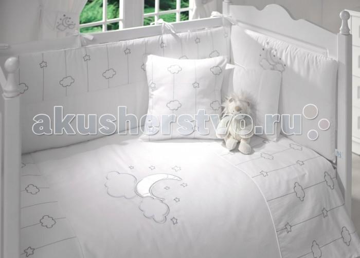 Комплект в кроватку Funnababy Luna Chic 140x70 (5 предметов)Luna Chic 140x70 (5 предметов)Комплект для кроватки Funnababy Luna Chic - высококачественное белье, которое изготавливается из 100% хлопка.   На мягкой белой ткани серебряными нитями вышиты рисунки полумесяца, облаков и звёздочек, завершает внешний облик тематический орнамент. Коллекция Funnababy Luna Chic словно воплощает в себе романтику и умиротворённость ночного неба.   В комплекте:  Пододеяльник - 100х130 см.  Одеяло - 100х130 см.  Бампер из 4 частей на 140х70 см.  Простынка на резинке 140х70 см.  Наволочка - 40х60 см.   Особенности:   комплект постельного белья в детскую кроватку из натурального хлопка  постельное белье подойдёт для детской кроватки размером 140х70 см  в дизайне используется авторская вышивка и декоративное шитьё  спокойные и приятные цвета ткани с забавными рисунками не будут раздражать и утомлять глазки вашего ребёнка  нежные и мягкие материалы не будут раздражать нежную кожу ребёнка и не доставят ему неудобства  постельный комплект изготовлен из натуральных и гипоаллергенных тканей, которые создают комфортные условия для спокойного сна Вашего ребёнка  для наполнения защитного бампера, одеяла и подушки используется только экологически чистый наполнитель  данный комплект имеет 4-х сторонний защитный бампер, который защищает Вашего малыша по всему периметру кроватки  простынь с резинкой, которая помогает надежно закрепить ее на матрасе  белье легко стирается в режиме деликатной стирки при температуре 30&#186;С  комплект постельного белья сертифицирован и абсолютно безопасен для новорождённого малыша<br>