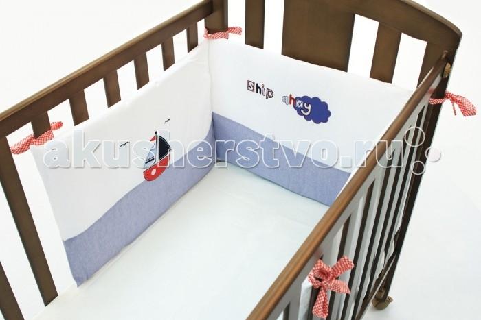 Бортик в кроватку Funnababy Marine короткий для кровати 120x60 смMarine короткий для кровати 120x60 смРисунки корабликов и орнамент из узоров морской тематики – это Funnababy Marine. Сочетание различных оттенков синего, голубого и серого цветов не только подчеркнут морской мотив коллекции, но и создадут для малыша атмосферу спокойствия и защищённости.   Основные характеристики: мягкие бортики в изголовье детской кровати бампер (ДхВ): 180х40 см натуральный турецкий хлопок искусный декор нежные гипоаллергенные ткани не будут раздражать даже самую чувствительную детскую кожу мягкие бортики для кровати подарят малышу ещё больше уюта удобные ленты-завязочки современный и практичный наполнитель полиэстер подходит для кроватки 120x60 и 125x65 см съёмные чехлы бортиков можно стирать при температуре 30°С в бережном режиме.  Традиции качества  Развитие в Турции текстильной отрасли и дорогостоящего шелкопрядения началось ещё со времён Османской Империи и за несколько веков достигло высочайшего уровня. На протяжении долгих лет турецкий текстиль славится своим качеством и пользуется популярностью во всём мире.  Один из ведущих турецких производителей Funnababy создаёт текстиль для самых маленьких вот уже больше 35 лет. Среди оригинальных дизайнерских коллекций есть как универсальные, так и созданные отдельно для мальчиков и для девочек. Яркие и живописные пейзажи этой удивительной страны нашли своё отражение в необычных цветовых сочетаниях и изысканных узорах тканей. Комплекты в кроватку Funnababy – это нежность и забота, воплощённые в пастельных тонах, орнаментальной вышивке и мягком хлопке.<br>