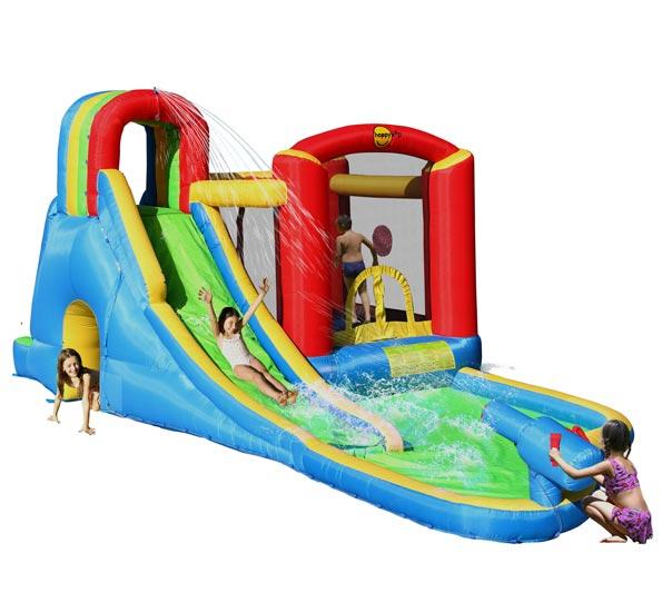Happy Hop Батут с водной горкой Всплеск волны 9047NБатут с водной горкой Всплеск волны 9047NНадувной батут с водной горкой Happy Hop Всплеск волны 9047N - отличная возможность сделать маленький аквапарк прямо на дачном участке. Для хорошего скольжения с верхней надувной балки на спуски льются тоненькие струйки воды. Игровая модель для детей любого возраста.  Технические характеристики:  Габариты модели: 590 x 300 x 235 см Ширина скользящей поверхности: 60 см  Допустимое количество детей: 4.  Изделие выдерживает широкий диапазон температур: от –10 до +40 °C Прочность батута на растяжение - до 136 кг Прочность на разрыв - до 14 кг Прочность на соединение - до 27 кг   Материал надувного батута  Прыжковая поверхность: ПВХ ламинированный (laminated PVC) Поверхность батута: ламинированная ткань Оксфорд  Застежки: лавсан  Крепеж к земле: пластмасса.  Насос батута высокого качества, безопасен при использовании и безвреден для окружающей среды.  Насос можно использовать при температуре от -15 до + 40 °C.  Оснащен устройством защиты.   При возникновении в насосе короткого замыкания или при прочих возникших проблемах при его эксплуатации, он немедленно выключается, тем самым обеспечивает безопасность пользователю надувного батута. Насос отвечает экологическим стандартам ЕС, а также имеет сертификат безопасности GS.  Комплектация: Батут Воздухонагнетатель (компрессор) Сумка для хранения батута Пластиковые колышки для фиксации батута  Пластиковые колышки для фиксации воздухонагнетателя  Ремкомплект (по два кусочка ткани каждого цвета) Инструкция на русском языке.<br>