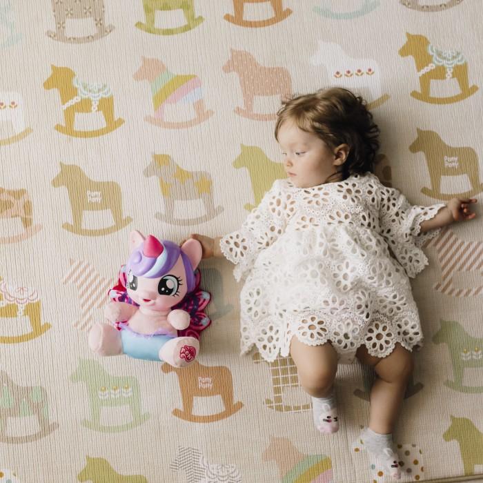 Игровой коврик Parklon Односторонний Деревянные Лошадки Sillky 230x140x1.2 смОдносторонний Деревянные Лошадки Sillky 230x140x1.2 смParklon Односторонний Деревянные Лошадки Sillky 230x140x1.2 см  Непромокаемый детский коврик для первых шагов и подвижных игр. Малыши обожают рассматривать разноцветных лошадок, а мамы в восторге от натурального покрытия из шелка и хлопка. Бегайте, топайте, падайте, даже проливайте воду – вам комфортно и коврику все нипочем. Обратите внимание на не скользящую подложку и оптимальные размеры покрытия – то что нужно для безопасной и уютной игровой зоны.  Размер коврика: 140 х 230 см<br>