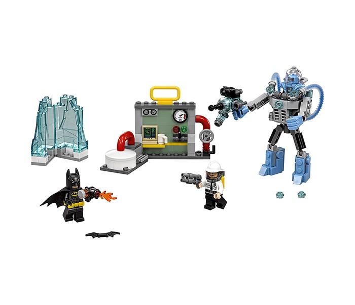 Конструктор Lego Batman Movie 70901 Ледяная aтака Мистера ФризаBatman Movie 70901 Ледяная aтака Мистера ФризаКонструктор Lego Batman Movie 70901 Ледяная aтака Мистера Фриза состоит из 201 детали.  В наборе: 201 деталь 3 минифигурки ледяная глыба подвижный экзоскелет часть электростанции Набор представляет собой часть электростанции с подвижным элементом и креплениями для других частей электростанции из других наборов. На электростанции расположены различные приборы, датчики и труба с вращающимся вентилем.  Подвижный экзоскелет Мистера Фриза сделан в серо-голубом цвете и очень детализировано. У него мощные кисти рук, 2 трубы с ледяной жидкостью сзади корпуса и открывающаяся кабина. В руке у экзоскелета ледяная пушка с шутером. На Мистера Фриза надет прозрачный шлем на мощных голубых наплечниках.  В набор также входит открывающаяся ледяная глыба, в которую Мистер Фриз заточил секретного агента.  На минифигурку Бэтмена надета маска, пояс со специальными гаджетами и тканевый плащ. В руках у него бэтаранг и огнемёт, из которого вырываются языки пламени, чтобы победить Мистера Фриза и свободить агента из глыбы льда. У минифигурки есть 2 выражения лица: довольное и разъяренное.  На секретного агента надет шлем с прозрачным визором с воздушными баллонами за спиной, в руках у него ружье. У минифигурки 2 выражения лица: одно спокойное, а на другом застыл ужас.  При сочетании этого набора с наборами LEGO Batman Movie Побег Джокера на воздушном шаре 70900 и LEGO Batman Movie Специальная доставка от Пугала 70910 получается невероятная композиция.<br>