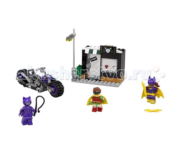 Конструктор Lego Batman Movie 70902 Погоня за Женщиной-кошкойBatman Movie 70902 Погоня за Женщиной-кошкойКонструктор Lego Batman Movie 70902 Погоня за Женщиной-кошкой - новинка января 2017 года.  В наборе: 139 деталей 3 минифигурки ювелирный магазин мотоцикл В наборе представлен ювелирный магазин, в витрине которого два драгоценных камня. На подвижной двери магазина табличка Closed. У фонаря подвижный столб, который можно повалить.  Мотоцикл женщины-кошки выполнен в серо-черном цвете с фиолетовыми элементами. Минифигурка женщины-кошки одета в фиолетовый костюм с маской и поясом. В руках у неё хлыст. У женщины-кошки 2 выражения лица: злое и нейтральное.  Минифигурка Робина одета в тканевый плащ и очки. У него 2 выражения лица: довольное и испуганное.  Бэтгёрл одета в фиолетовый костюм и маску, на ней жёлтый пояс, тканевый плащ и бэтранг в руке. У фигурки 2 выражения лица: злое и нейтральное.  С таким набором можно разыграть сцену, в которой Женщина-кошка крадет драгоценный камень и скрывается на своём мотоцикле, а в погоню за ней отправляются Робин и Бэтгёрл.<br>