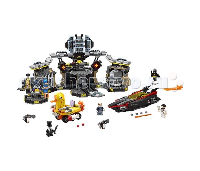 Конструктор Lego Batman Movie 70909 Нападение на БэтпещеруBatman Movie 70909 Нападение на БэтпещеруКонструктор Lego Batman Movie 70909 Нападение на Бэтпещеру состоит из 1054 деталей и включает 7 минифигурок: Бэтмен, Пингвин, Брюс Уэйн, Альфред, 2 пингвинчика.  3 минифигурки набора – это костюмы Бэтмена, которые он может менять. Среди них есть Бэтмен певец. На нём надет золотой пиджак, золотая маска и двусторонний плащ. В руке минифигурки микрофон. Другой костюм – это синий костюм для подводного плаванья. На нём также надеты оранжевые маска для плавания, ласты и пояс. Также есть костюм боксёра. У него фиолетовые перчатки, тканевый плащ и маска на голове.  Набор позволяет собрать довольно большую конструкцию – Бэтпещеру. Она разделена на несколько секций. Слева расположен крутящийся гардероб с висящими костюмами. 3 из них уже есть в этом наборе, а остальные можно получить, купив наборы из серии Лего Минифигурки. Тут стоит камера для преступников с решетчатыми открывающимися дверями, которая вмещает 2 преступника. Если покрутить деталь сбоку, то задняя стенка тюрьмы отлетит, и преступники смогут выбраться.  В центральной части Бэтпещеры находится вращающаяся платформа, на которую можно попасть через специальный поднимающийся мостик. На платформе расположен вращающийся стул Бэтмена, панель с множеством датчиков и кнопок, а также кружка Бэтмена. Тут же с обеих сторон от панели находятся тайники с оружием, которые при вращении поворачиваются секретной стороной. В одном тайнике уже лежит бэтаранг. Помимо этого в средней части есть подвижные экраны.  Справа Бэтпещеры находится переодевальная комната с вращающейся дверью. Можно поставить с одной стороны Бэтмена в одном костюме, а с обратной – в другом. Получится эффектная сцена перевоплощения, например, Брюса Уэйна в Бэтмена.  В наборе есть стильный катер Бэтмена обтекаемой формы черного цвета с красными элементами. У него поднимающееся стекло желтого цвета. Сзади корпуса по бокам расположено 2 подвижных шутера, а спереди ко