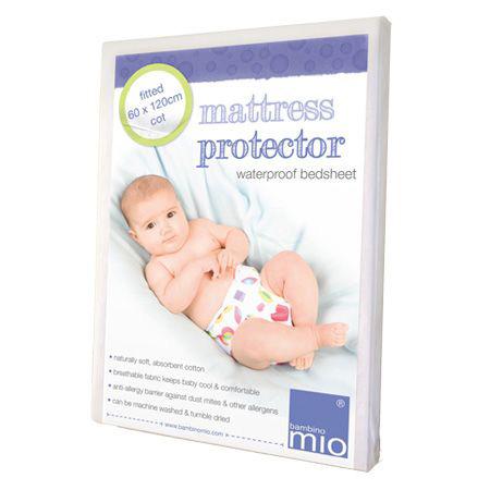 Bambino Mio Защита матраса непромокаемая  60х120Защита матраса непромокаемая  60х120Защита матраса непромокаемая 60х120. Простынка мягкая на ощупь, выполнена из хлопка с лицевой стороны, имеет непромокаемый слой. Посажена на мягкую резинку. Защита для матраса дает родителям и ребенку уверенность в спокойном сне в любое время суток.  Особенности: 2-в-1 - простынку можно использовать самостоятельно и в качестве защиты матраса; Водонепроницаемый слой защищает матрас от происшествий; Мягкая поверхность хлопка не мнется; Служит защитой против пылевых клещей, которые могут вызвать аллергическую реакцию; Простынка воздухопроницаемая, что помогает поддерживать постоянную температуру для Вашего ребенка; Машинная стирка и сушка; Одобрено Oeko-Tex.<br>