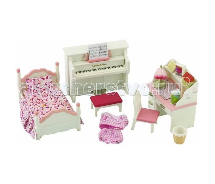 Sylvanian Families Детская комната розоваяДетская комната розоваяДетская комната Sylvanian Families 2953 — это великолепный набор мебели для уголка, в котором обитают зверюшки-малыши.  Здесь есть детская кроватка бело-розового цвета с постельным бельем в цветочек, такого же цвета письменный стол с отсеком для книжек и тремя выдвигающимися ящиками и фортепиано со скамеечкой для занятий музыкой.  Также в наборе аксессуары, которые придадут комнате уют: корзина для бумаг, ночник, книжки и т.д.  В комплекте: фортепиано (9&#215;7,5&#215;2,5 см) кровать (9,5&#215;6&#215;4,5 см) стол (7&#215;7&#215;4 см) стул корзина столик ночник 2 книги фигурка-домик наклейки (календарь на стену, обложки для книг)  Внимание: зверюшки в набор не входят.  Сказочный мир игровых наборов Sylvanian Families разнообразен - это всевозможные зверюшки, у каждого из которых есть собственный дом, семья, работа. Состав семей в игровых наборах Sylvanian Families не ограничивается стандартным «папа, мама, ребенок», здесь есть даже бабушки и дедушки. Герои игровых наборов Sylvanian Families разнообразны: кролики, еноты, медведи, мыши, ежи, белки и многие другие. Однако разнообразием героев мир игрушек Sylvanian Families не ограничивается. Дома, предметы мебели, игрушечная еда и многие другие аксессуары представлены в ассортименте игрушек Sylvanian Families.<br>