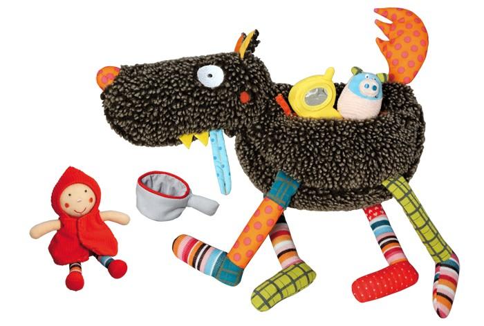 Развивающая игрушка Ebulobo Волк-обжораВолк-обжораEbulobo Развивающая игрушка Волк-обжора произведет впечатление на Вашего ребенка своей яркостью и необычным исполнением. Ebulobo представляет серию смешных игрушек Tes fou louloup!!! Сумасшедший плюшевый волк!!!. В процессе игры с яркими и качественными игрушками ребенок познает окружающий его мир и активно развивается. Волк и его компания расскажут детям множество смешных историй, с ними можно побывать в различных приключений и необычных ситуациях.  Сумасшедший волк настолько нелеп, что ест все, что попадается ему на пути. Ему уже мало аппетитной Красной Шапочки, он не брезгует и современными устройствами. Волк с голода проглотил мобильный телефон и сковородку. Из-за постоянного переедания и неправильного питания, волк постоянно болеет и язык у него нездорового синего цвета. Можно попробовать вылечить волка и накормить его правильной и здоровой пищей.  Развивающий Волк-обжора от  Ebulobo - необычный аксессуар-игрушка, адаптированная к потребностям ребёнка с самого рождения. С помощью развивающей игрушки  дети получают первые знания о звуках, цветах и формах, у малышей тренируется тактильная и зрительная активность, мелкая моторика и физическая координация.  Волк обжора - необычная игрушка: в животе у него встроена молния, открыв которую, можно извлечь всех, кого успел съесть ненасытный волк. В носу у него пищалка, а хвост начинает шуршать, если его помять ручками. Маленькие игрушки внутри волка, также приятны на ощупь и издают различные звуки. Друзья волка обязательно понравятся Вашему малышу: свинка-пищалка, цыпленок-колокольчик, мягкая кастрюля, игрушечный телефон и сказочная красная шапочка дополняют игрушку и могут быть использованы отдельно в других играх ребенка.   Волк-обжора - это не только полезная игрушка в раннем возрасте, но и яркий стильный аксессуар для детей более старшего возраста.  Мягкий серый волк с разноцветными лапками станет прекрасным аксессуаром в комнату ребенка. Игрушку можно брать с собой 