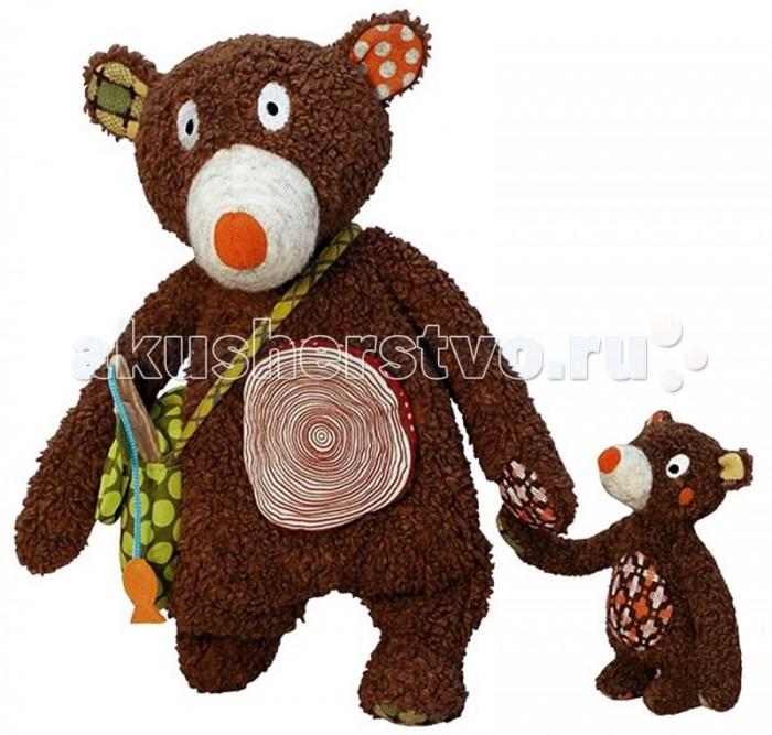 Развивающая игрушка Ebulobo Мишка и малышМишка и малышEbulobo Развивающая игрушка Мишка и малыш – маленькая история про папу медведя и его любимого сына.  Папа-медведь и малыш медвежонок как всегда неразлучны: они любят вместе гулять по лесу, ловить рыбу, рассказывать друг другу увлекательные истории. Медвежонок любит кататься на папе, цепляясь за нос, шею или удобно устроившись на животе. Для Твоего малыша папа-медведь припас много всего интересного – пищалку в носу, рыбку-колокольчик, цветочек-шуршалку, удочку, сумочку и карман на животике. Твой ребенок с удовольствием будет их отыскивать и увлеченно исследовать.  Игрушка развивает мелкую моторику рук, дарит опыт тактильных ощущений, и, что очень важно, благотворно влияет на эмоциональную сферу Твоего крохи. Дизайн олицетворяет привязанность и заботу, любовь и нежность в отношениях родителя и ребенка. Папа-медведь большой и сильный как дуб, но в тоже время очень добрый и любящий. Мишутка- любопытный, активный и наивный. Много игровых сюжетов можно придумать, обыгрывая социальные отношения.<br>
