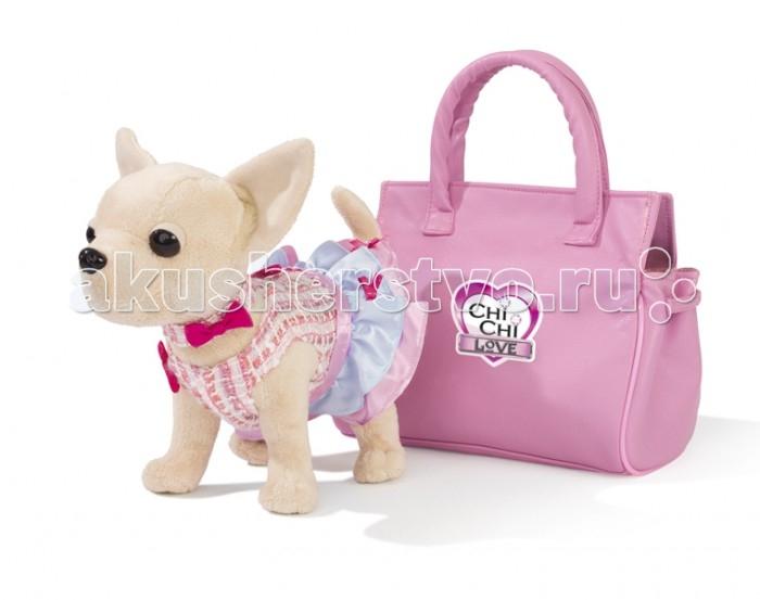 Мягкая игрушка Simba Плюшевая собачка Чихуахуа 20 смПлюшевая собачка Чихуахуа 20 смSimba Плюшевая собачка Чихуахуа, в платье, в розовой  сумочке, с аксессуарами для ребенка, 20 см - это действительно мечта каждой маленькой прелестницы! Вместе с собачкой в наборе есть чудесная розовая сумочка в лаковом обрамлении и такой же розовый коврик для собачки-модницы! А на ее платьице есть белые сердечки, которые светятся в темноте - это и красиво, и стильно!  В наборе игрушечная плюшевая собачка чихуахуа в розовом платье, стеганая сумочка и коврик.  Chi Chi Love — это коллекция гламурных собачек Чихуахуа, как у звезд Пэрис Хилтон и Риз Уизерспун. Собачек Chi Chi Love можно наряжать в модные наряды и брать с собой на прогулку, можно делать необычные прически или просто носить их в ярких сумочках! У собачки сгибаются лапки. Каждый плюшевый друг, как и его хозяйка, имеет свой неповторимый образ и стиль.<br>