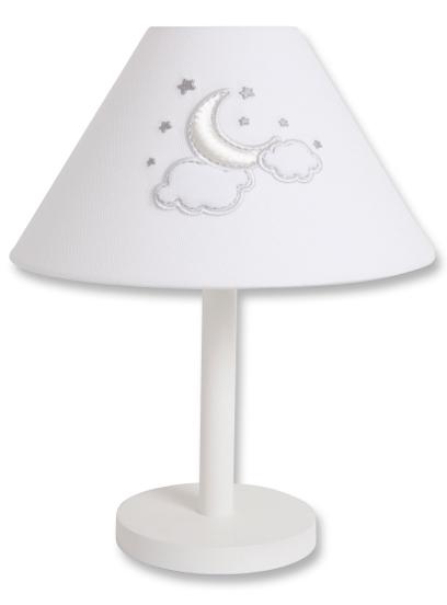 Светильник Funnababy настольный Luna Chicнастольный Luna ChicНастольная лампа из коллекции Funnababy Luna Chic  На мягкой белой ткани серебряными нитями вышиты рисунки полумесяца, облаков и звёздочек, завершает внешний облик тематический орнамент. Коллекция Funnababy Luna Chic словно воплощает в себе романтику и умиротворённость ночного неба.  Характеристики: Настольная лампа прекрасно дополнит дизайн комнаты Украшена вышивкой Дополнительный свет и уют Высота лампы: 40 см Ширина лампы: в нижней части — 29 см, в верхней — 10 см  Традиции качества  Развитие в Турции текстильной отрасли и дорогостоящего шелкопрядения началось ещё со времён Османской Империи и за несколько веков достигло высочайшего уровня. На протяжении долгих лет турецкий текстиль славится своим качеством и пользуется популярностью во всём мире.  Один из ведущих турецких производителей Funnababy создаёт текстиль для самых маленьких вот уже больше 35 лет. Среди оригинальных дизайнерских коллекций есть как универсальные, так и созданные отдельно для мальчиков и для девочек. Яркие и живописные пейзажи этой удивительной страны нашли своё отражение в необычных цветовых сочетаниях и изысканных узорах тканей. Комплекты в кроватку Funnababy — это нежность и забота, воплощённые в пастельных тонах, орнаментальной вышивке и мягком хлопке.<br>